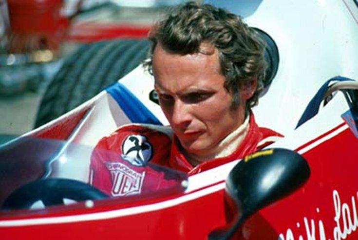 Niki Lauda egy Ferrariban ülve szemből