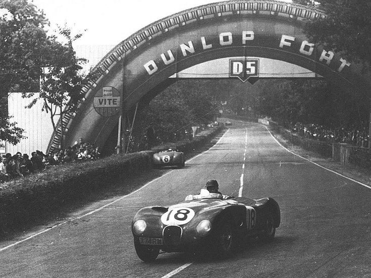 Tony Rolt egy Jaguarban Le Mans-ban szemből, menet közben