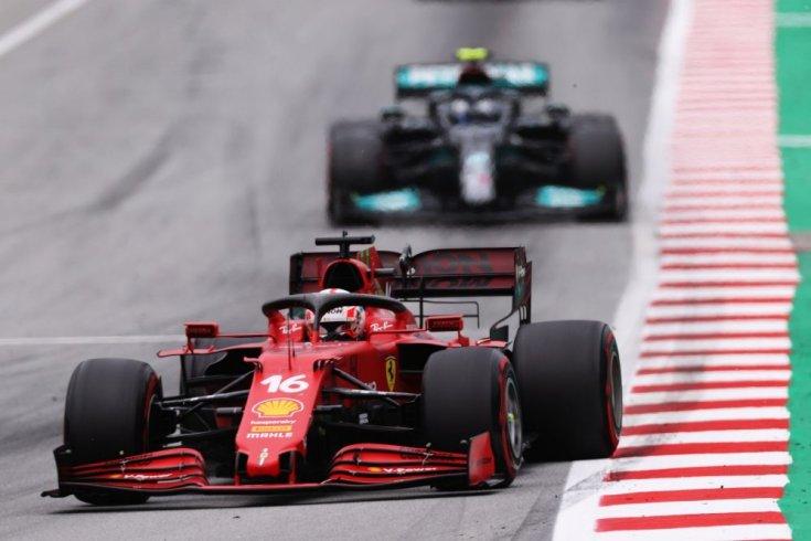Leclerc Ferrarija Bottas előtt szemből a spanyol futamon menet közben