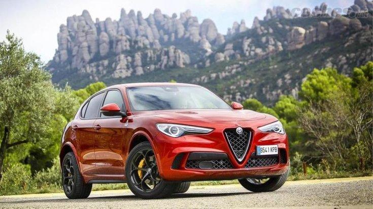 Alfa Romeo hegyvidékes táj előtt féloldalról