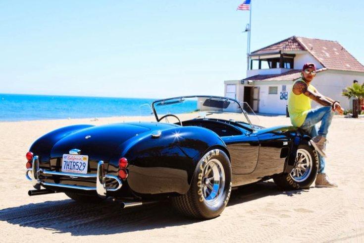 Lewis Hamilton és egy 1966-os Shelby Cobra 427 a tengerparton, hátulról