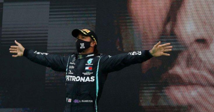 Lewis Hamilton egy Forma-1-es győzelmet követően