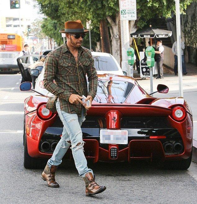 Lewis Hamilton egy út mentén egy LaFerrari mögött
