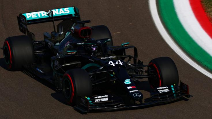 Lewis Hamilton és a Mercedes egy versenyhétvégén féloldalról