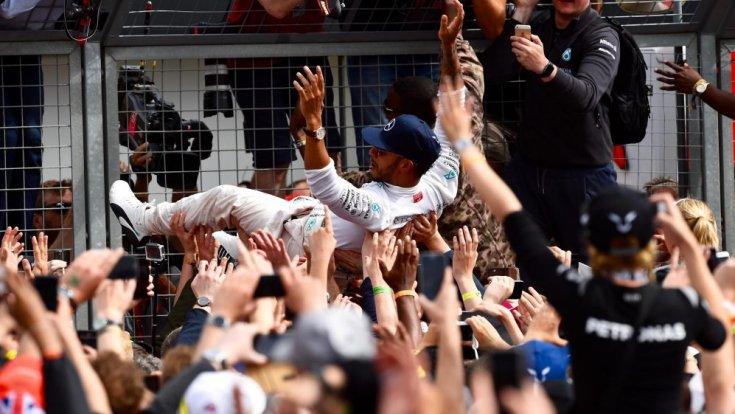 Lewis Hamilton a szurkolókkal ünnepel