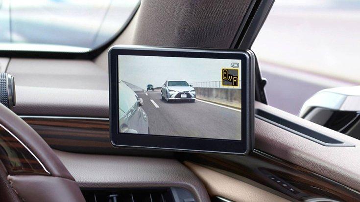 A kamera képét egy 5 colos kijelzőn láthatja a sofőr