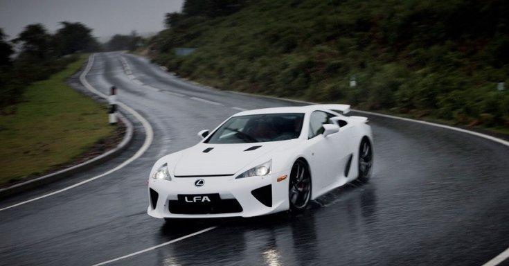 Lexus LFA az esőben