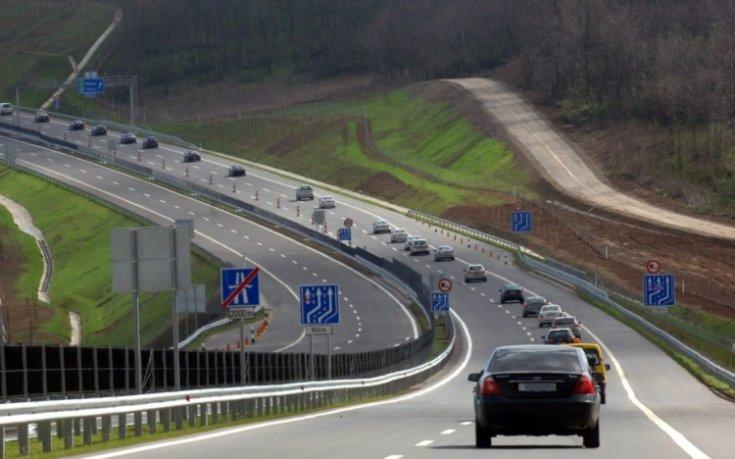 Autópályán közlekedő gépkocsik