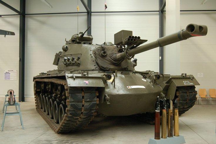 M48 Patton harckocsi, lövedékekkel, hangárban
