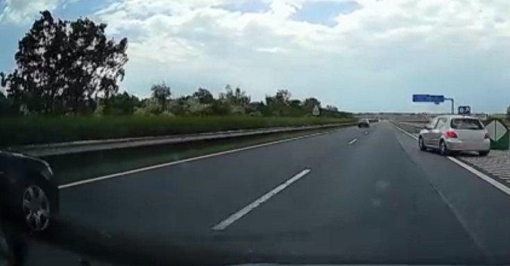 Egy szürke színű Peugeot tolat az M7-es autópályán