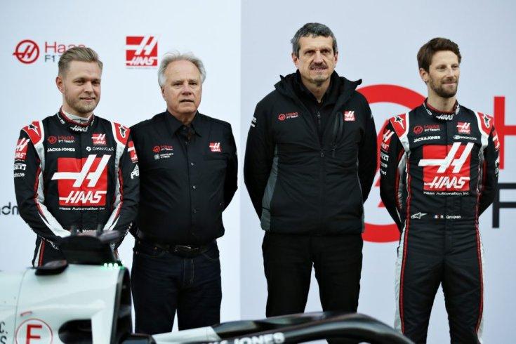 Kevin Magnussen, Gene Haas, Günther Steiner és Romain Grosjean az autó bemutatóján
