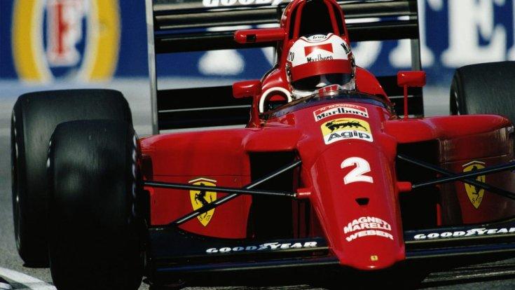 Mansell egy Ferrariban szemből, menet közben