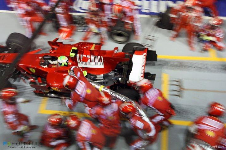 Massa Ferrariján maradt a tankolócső induláskor a 2008-as Szingapúri Nagydíjon