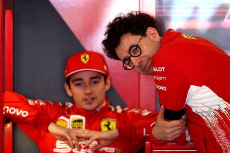 Charles Leclerc és Mattia Binotto a Ferrari garázsában
