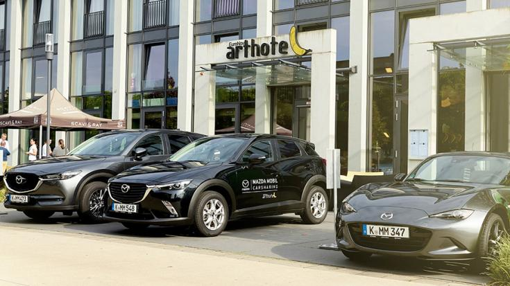 Mazda Carsharing modellek egy német utcaképen