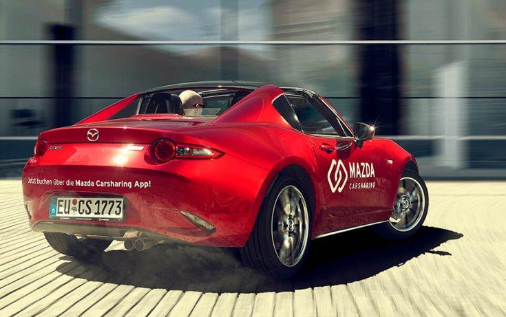 Mazda Carsharing MX-5 menet közben brand fotón