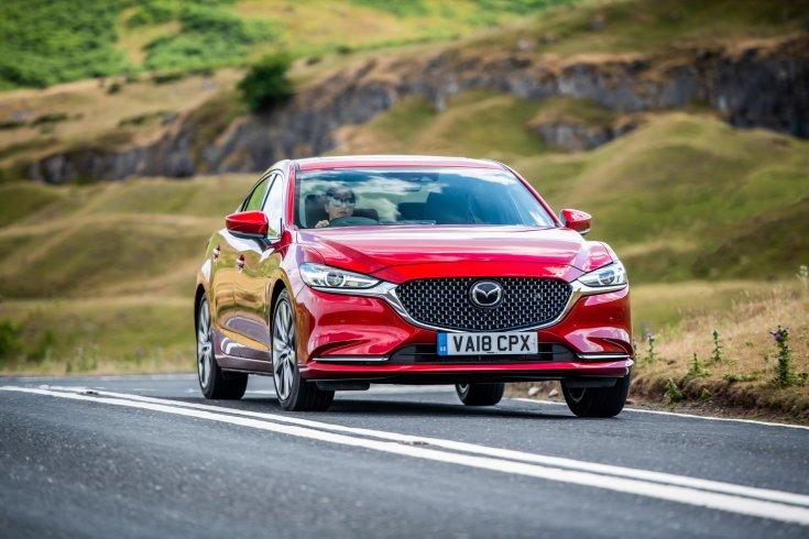 Mazda 6-os modell egy vidéki országúton menet közben féloldalól