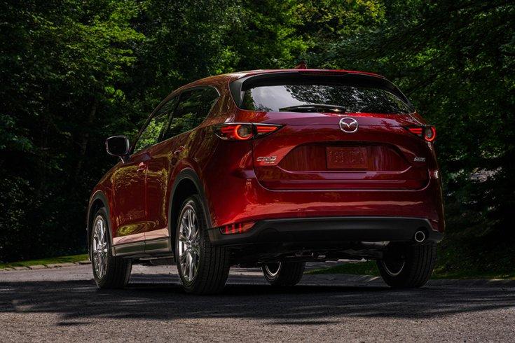 A Mazda CX-5 crossover hátulról fotózva