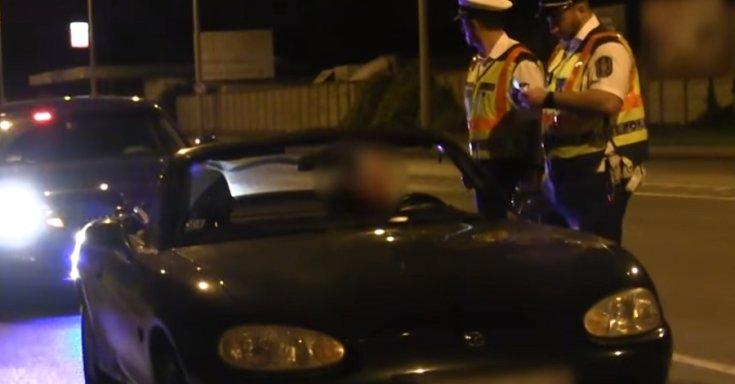 Egy Mazdában ülő sofőrt igazoltatnak a budapesti rendőrök