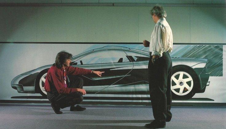 Gordon Murray a McLaren F1 tervezője, mellette az F1 konceptje