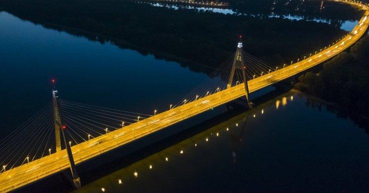 A Megyeri híd naplemente után 2018. szeptember 28-án