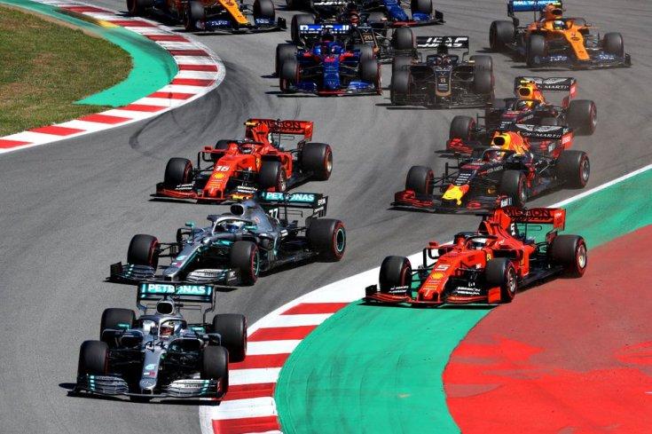F1-es rajt utáni első kanyarok, élen a Mercedesek