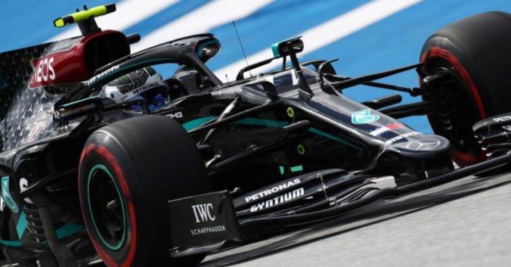Lewis Hamilton a feketére festett Mercedes volánja mögött