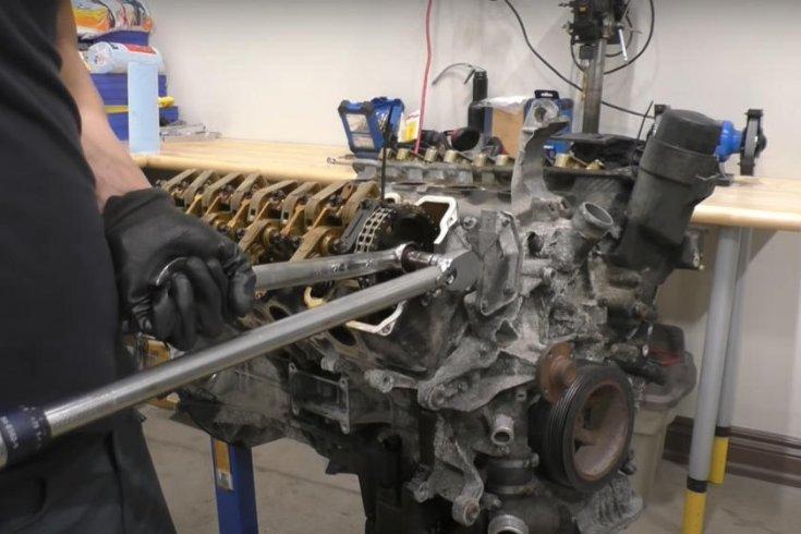Mercedes S-osztály motorja szétszedés alatt