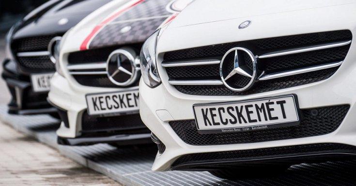 Kecskeméten gyártott Mercedesek állnak egymás mellett