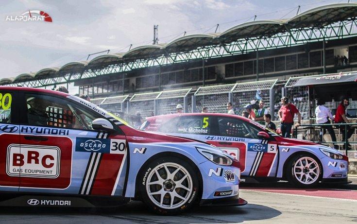 BRC Hyundaiok a boxutcában oldalról fotózva