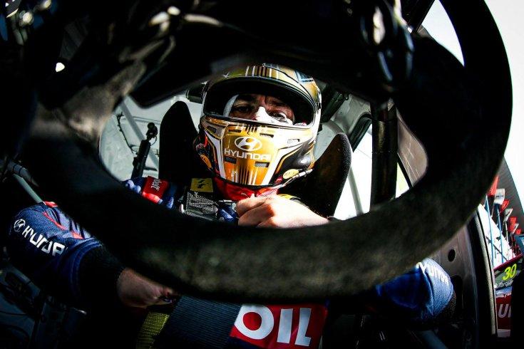 Michelisz Norbert a Hyundai versenyautójában