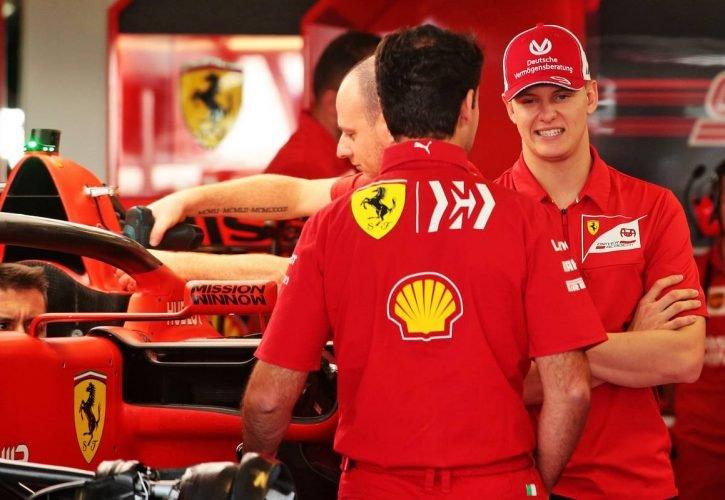 Mick Schumacher a Ferrari garázsában