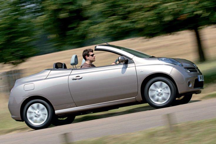 Nissan Micra C+C, férfi sofőrrel, menet közben, vidéki úton