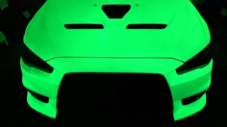 Mitsubishi Evo, foszforeszkáló festékkel, féloldalról