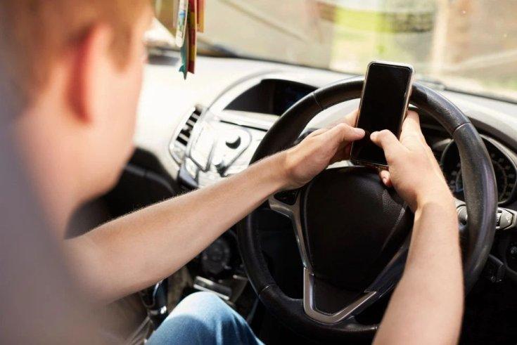 mobilozó sofőr vezetés közben