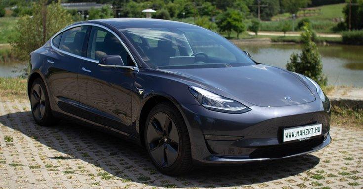 mah-ev.hu-n eladott Tesla Model 3 szemből