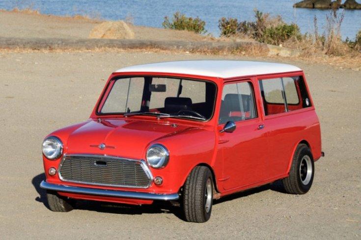 Morris Mini Traveller, piros kombi, fehér tetővel, elölnézet, oldalnézet, balról, háttérben tengerpart