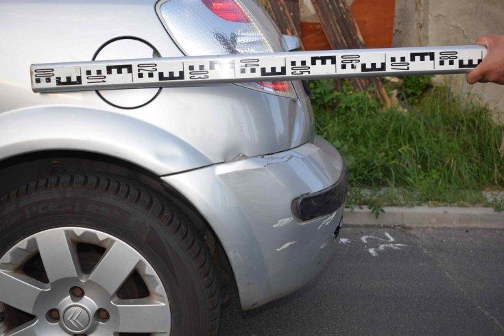 Közúti balesetben megsérült autó. A fotó Salgótarjánban készült