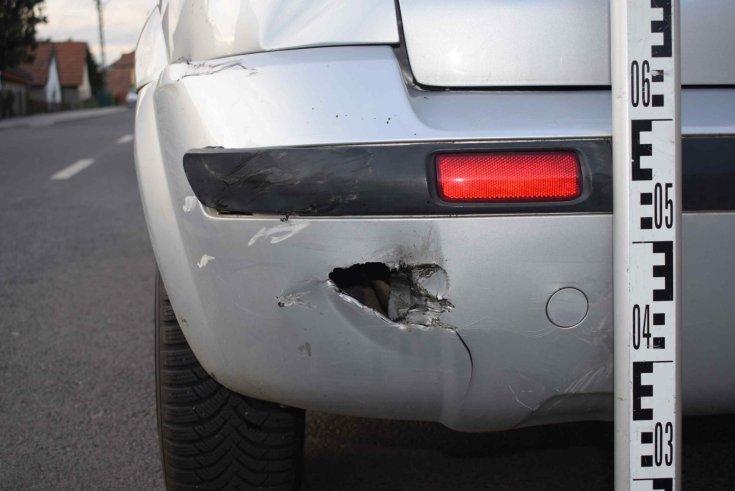 Megtört autó hátulról fotózva