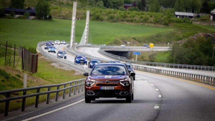 elektromos autók egymás után a NAF hatótáv tesztjén