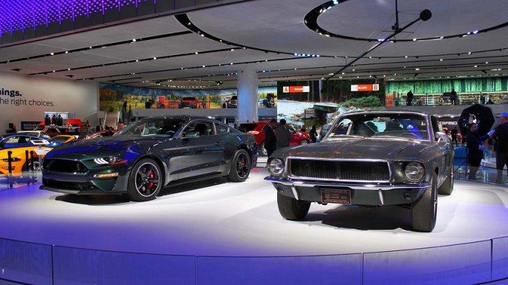 Baloldalon egy új Ford Mustang, mellette pedig régi felmenője az Észak-amerikai Nemzetközi Autókiállításon