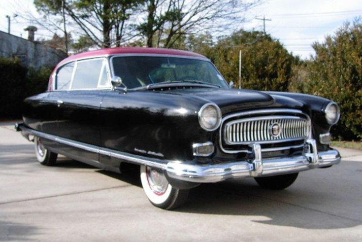 1954-es gyártású, fekete-piros fényezésű Nash Ambassador