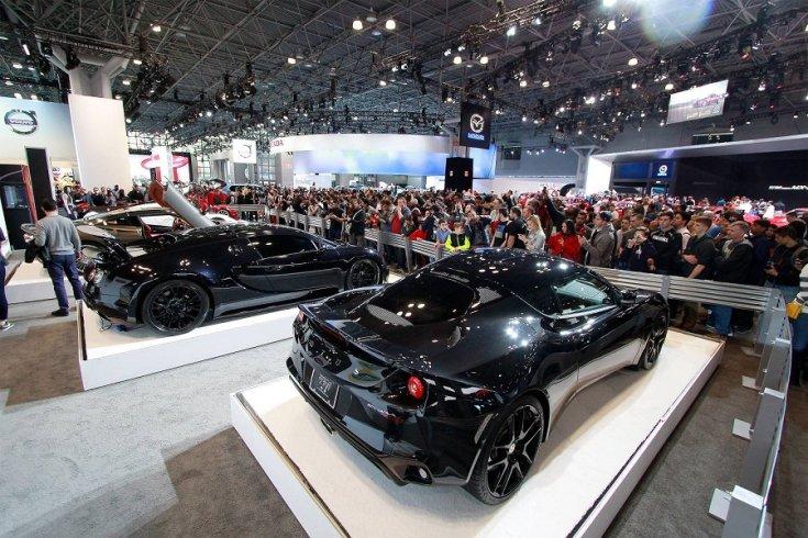 A New York-i Autószalonon debütáló autók és a rengeteg rajongó