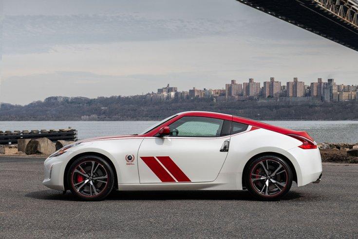 Nissan 370Z Club Sport Anniversary kiadás piros-fehér liveryvel egy híd lábánál