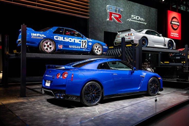 Nissan R35 GT-R évfordulós kiadás felette az előző Skyline generációkkal