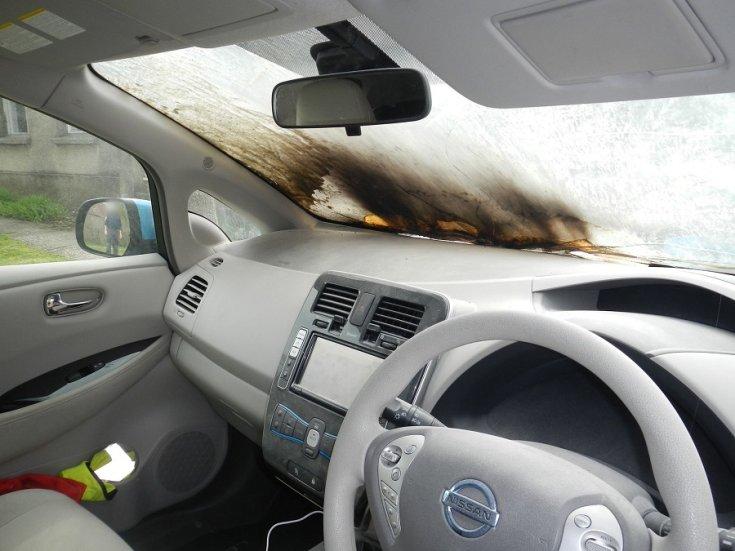 kiégett Nissan LEAF belülről