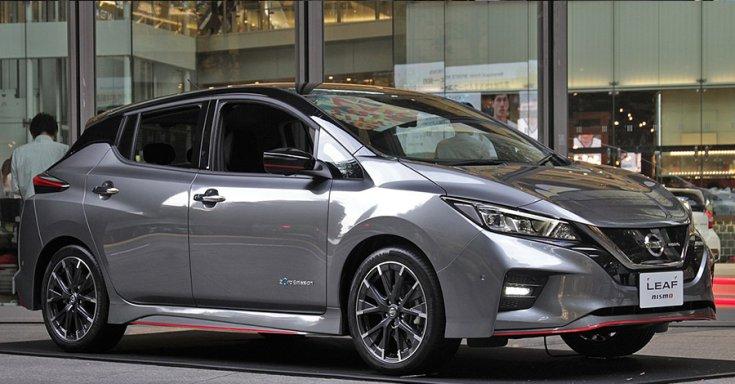Nissan LEAF Nismo oldalról fotózva egy kiállításon, ezüstszínben