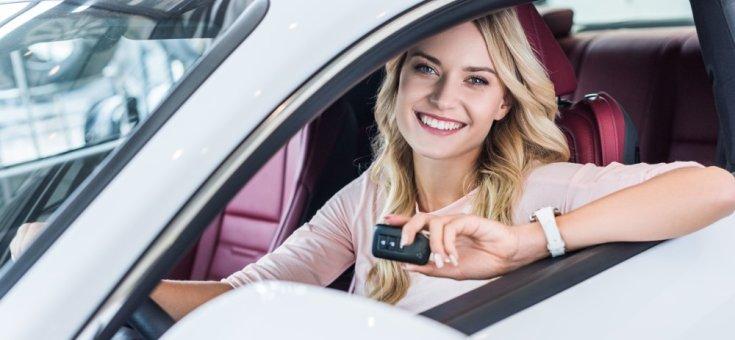 Boldog nő az autóban