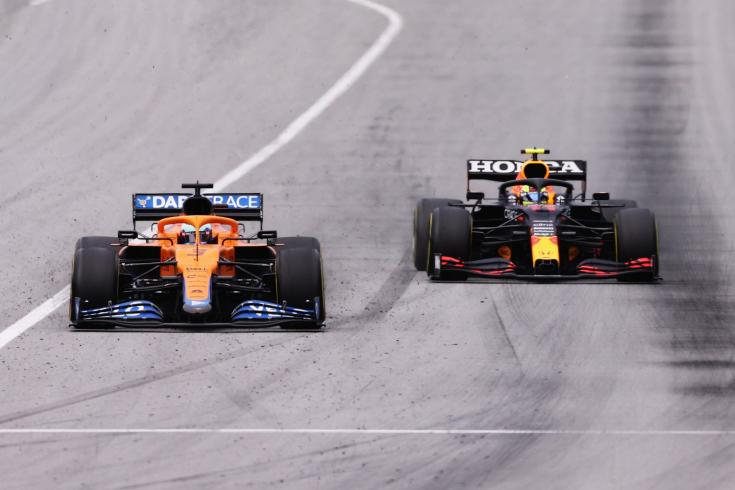 Ricciardo és Perez csatája az ötödik helyig szemből menet közben