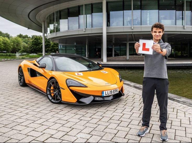Norris egy McLaren mellett féloldalról